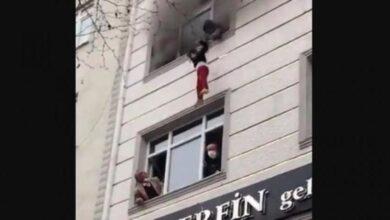 صورة تركية تلـ.ـقي بأربعة من أبنائها من نافذة المنزل