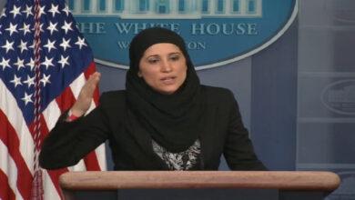 صورة أول محجبة تتحدث باسم البيت الأبيض