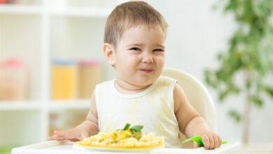 صورة ابني لا يأكل وأنا أبكي خوفاً عليه ماذا أفعل؟