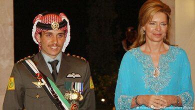 صورة لم تتوقع أن يصبح عبد الله ملكاً محبوباً وفعالاً.. الملكة نور التي أعدت ابنها ليكون ملكاً