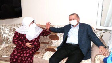 صورة زيارة مفاجئة من الرئيس أردوغان لسيدة مسّنة في إسطنبول