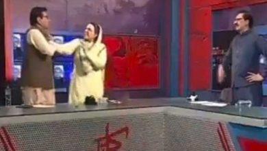 """صورة وتتوالى الصـ.ـفعات.. على الهواء مباشرة.. وزيرة باكستانية تصـ.ـفع نائباً """"فيديو"""""""