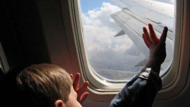 صورة قد تسحب إنساناً بالغاً مع أنها نادرة الحدوث.. ماذا يحدث إذا كُـ.ـسرت نافذة الطائرة أثناء الرحلة؟