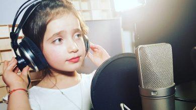 صورة طفلة سورية تدهش العالم بجمالها وحسن صوتها غنت لوطنها فأبكت كل من سمعها (فيديو)