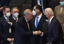 """صورة في قمة الناتو.. الرئيس الأمريكي """"بايدن"""" يهرول وينحني أمام أردوغان الجالس """"فيديو"""""""