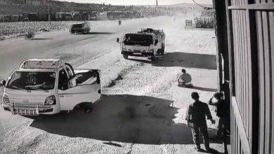 صورة سجد شكرا لله ثم عانق صاحب السيارة الأخرى.. مشهد مؤثر من باب الهوى لسائق نجا بأعجوبة إلهية