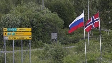 """صورة """"ممنوع التبول باتجاه روسيا.. المكان مراقـ.ـب بالكاميرات"""" لافتة على حـ.ـدود هذه الدولة الأوروبية """"شاهد"""""""
