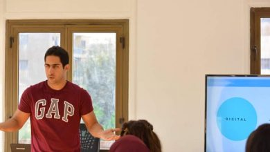 صورة أستاذ بالجامعة نهاراً وعامل بيتزا ليلاً.. قصة ملهمة لشاب يحفر مستقبله
