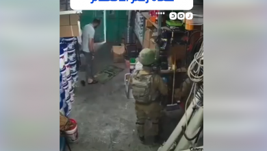 """صورة لم يكترث لوجودهم.. فلسطيني يصلي رغـ.ـماً عن الجنـ.ـود المقتـ.ـحمين """"فيديو"""""""